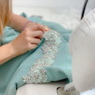 El proceso de confección de un vestido de invitada ideal